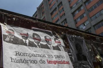 Una manta que muestra imágenes de varios expresidentes mexicanos y que exhorta a los ciudadanos a participar en un referéndum en torno a si los expresidentes deberían ser juzgados por sus presuntos delitos cuelga de un muro el domingo 1 de agosto de 2021, en la Ciudad de México. (AP Foto/Christian Palma)