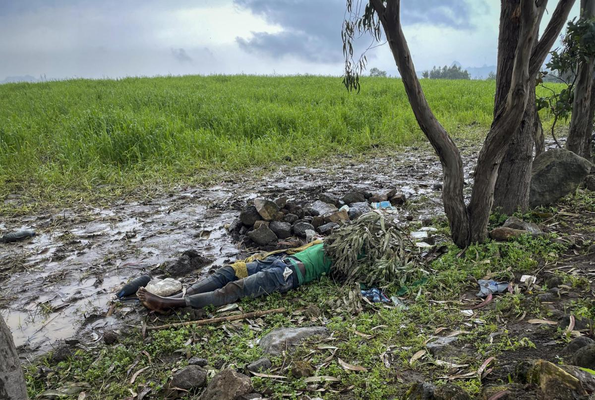 """The dead body of an unidentified man lies on the ground near the village of Chenna Teklehaymanot, in the Amhara region of northern Ethiopia Thursday, Sept. 9, 2021. At the scene of one of the deadliest battles of Ethiopia's 10-month Tigray conflict, witness accounts reflected the blurring line between combatant and civilian after the federal government urged all capable citizens to stop Tigray forces """"once and for all."""" (AP Photo)"""