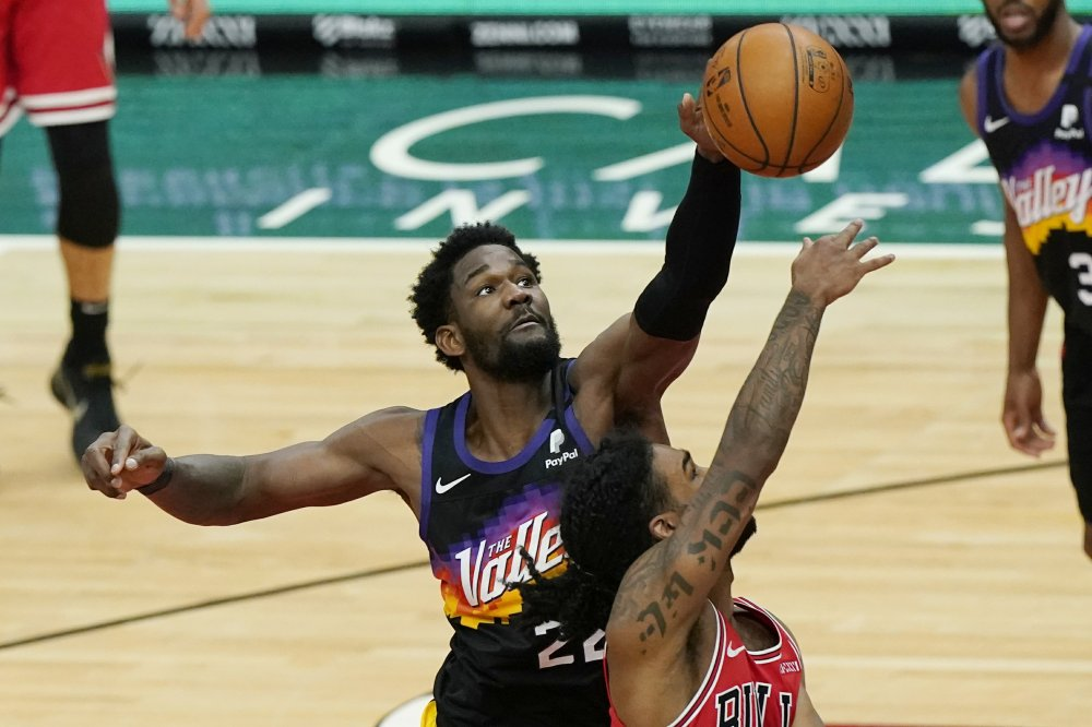 Devin Booker, Deandre Ayton help Suns rally to beat Bulls