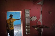Orlando Perdomo, de 56 años, posa para un retrato en su casa dañada por un deslave provocado por el paso de los huracanes Eta e Iota en la comunidad de La Reina, Honduras, el domingo 20 de junio de 2021. (AP Foto/Rodrigo Abd)