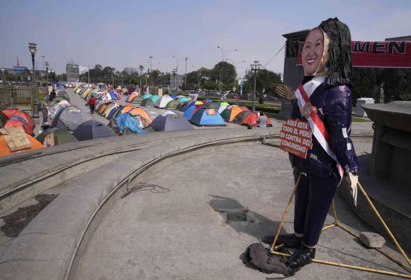 Una efigie de la candidata presidencial de Perú Keiko Fujimori se ve ante el Palacio de Justicia, donde sus seguidores han acampado con la esperanza de impulsar sus acusaciones de fraude electoral, defendidas por la campaña de Fujimori, un mes después de la segunda vuelta electoral en Lima, Perú, el lunes 12 de julio de 2021. (AP Foto/Martín Mejía)