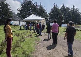 Varias personas se forman para emitir su voto en un referendo el domingo 1 de agosto de 2021, en San Miguel Topilejo, en la Ciudad de México. (AP Foto/Christian Palma)