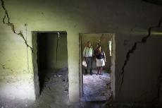 Tomasa Rodríguez, de 60 años, y su esposo, Rufino Caballero, de 63, posan para un retrato dentro de lo que quedó de su casa tras un deslave provocado por el paso en noviembre de 2020 de los huracanes Eta e Iota en la comunidad de La Reina, Honduras, el miércoles 23 de junio de 2021. (AP Foto/Rodrigo Abd)
