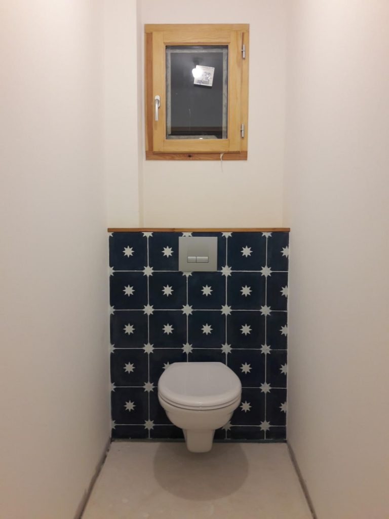 carreaux de ciment dans la salle de