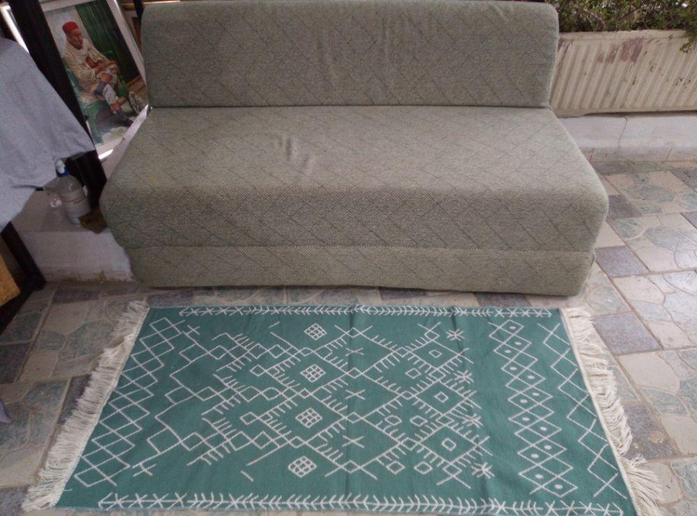 un petit tapis tres joli de couleur vert d eau multi utilisations comme descentes de lit dans le couloir a l entree a l accueil dans la