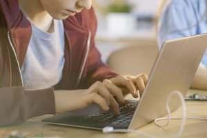 プログラミング留学とは|メリットや費用・おすすめ留学先を紹介