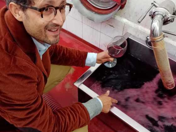 Federico minghi con un bicchiere da degustazione vino rosso