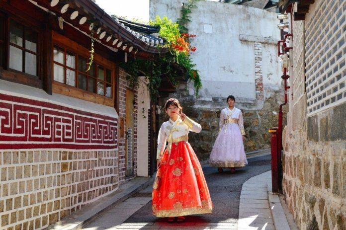 Mặc hanbok ở Bukchon là trải nghiệm thú vị khi du lịch Hàn Quốc tự túc