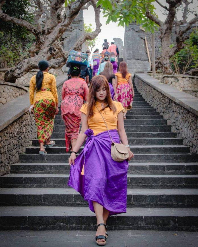 Du khách thăm đền phải mặc sarong