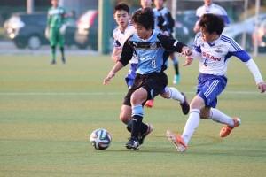 ゴールに迫る山田新選手。