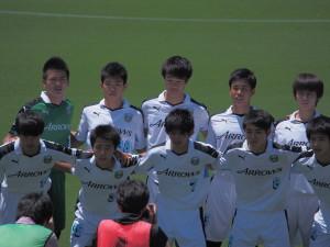 フロンターレのスターティングメンバー。小川選手(前列右から1人目)は初先発