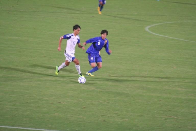 ボールを持つ米原選手にプレスをかける脇坂選手