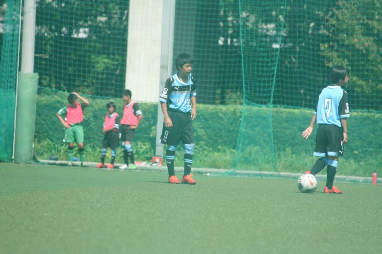 ボールをセットしてゴールを見据える鈴木大登選手