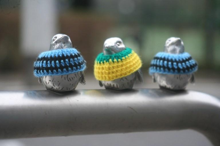 フロンパークへ続く横断歩道の車止めの雀にはジェフのチームカラーの雀も