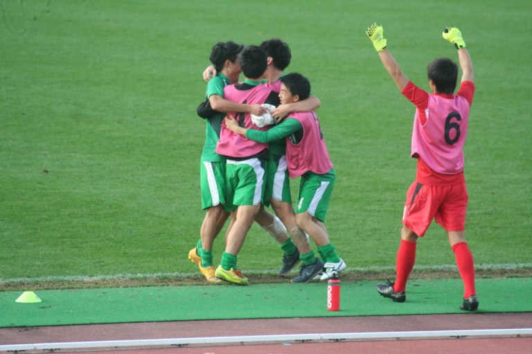 試合が終わって喜ぶ東京農業大のベンチの選手たち