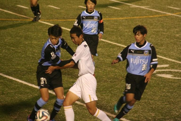栗田選手と道間選手がボールを奪いにいく