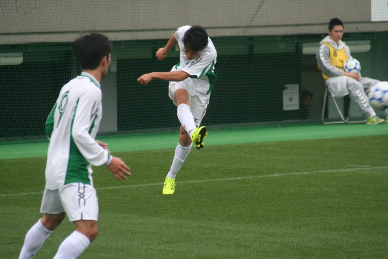 前線へボールを送る太田賢吾選手