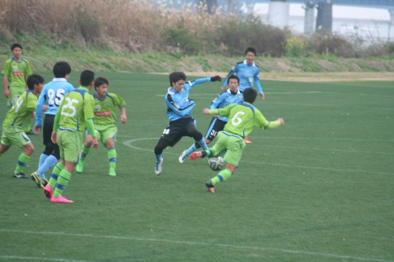 ボールを奪いにいく田中碧選手