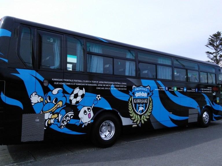 新しくなったフロンターレのチームバス。この日はU-18の移動に使われた