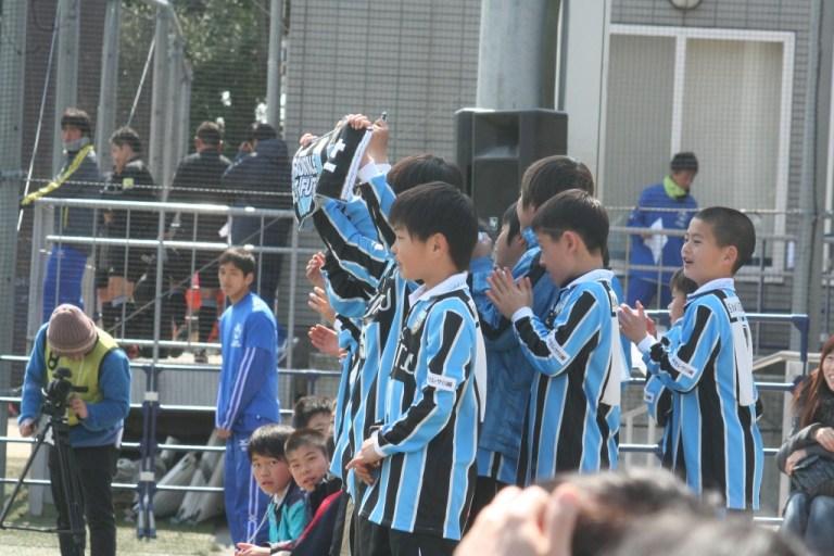 メンバー外のフロンターレの選手たちも駒沢補助競技場に駆けつけ声援を送った
