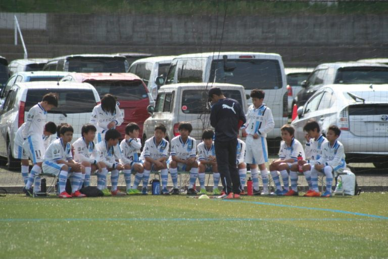 試合開始を前に高田栄二監督の指示を聞く