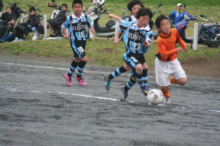 ボールを競り合う深澤陽太選手