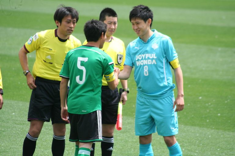 キックオフを前に握手をかわす吉田直矢選手と小口大貴選手