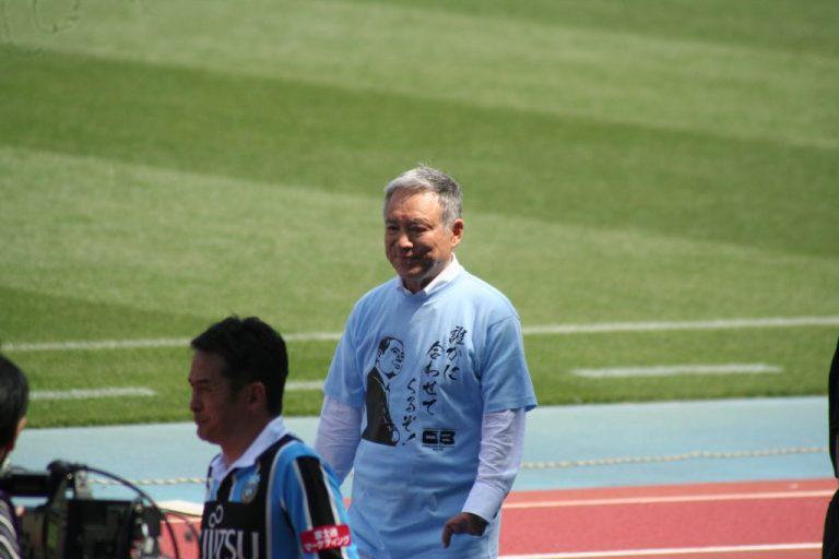 松本育夫さん。シャツには「誰かに合わせてくるぞ!」の文字も