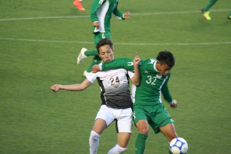 競り合う大阪体育大の林大地選手とびわこ成蹊スポーツ大の喜多村知範選手