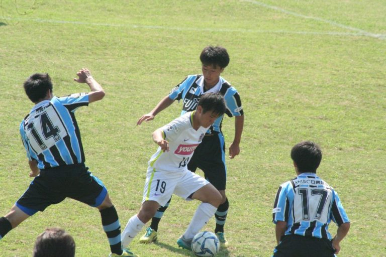 U-17日本代表のチームメート仙波大志選手と競り合う村田聖樹選手