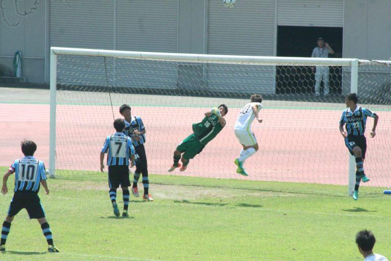 横っ飛びで好守を見せる早坂勇希選手