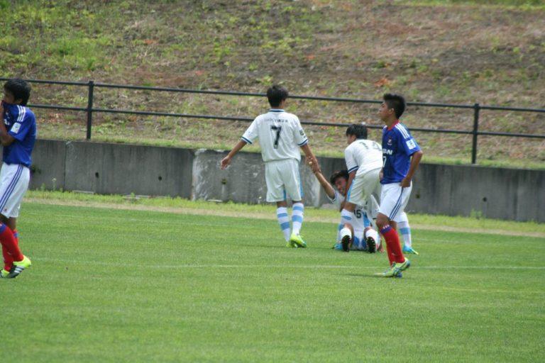 試合は終了。足をつった栗田悠巨選手を中島大成選手と山内日向汰選手が抱き起こす