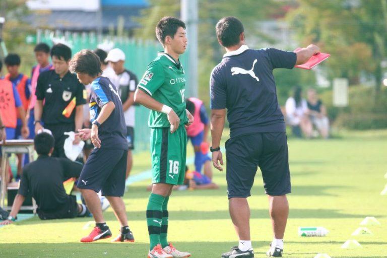 浦上壮史GKコーチから言葉をかけられる早坂勇希選手