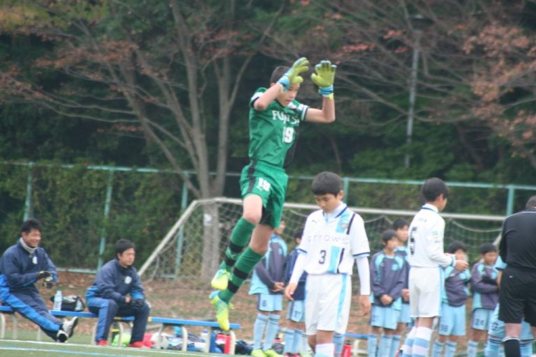 トップチームのチョンソンリョン選手のように跳躍を見せる長田澪選手