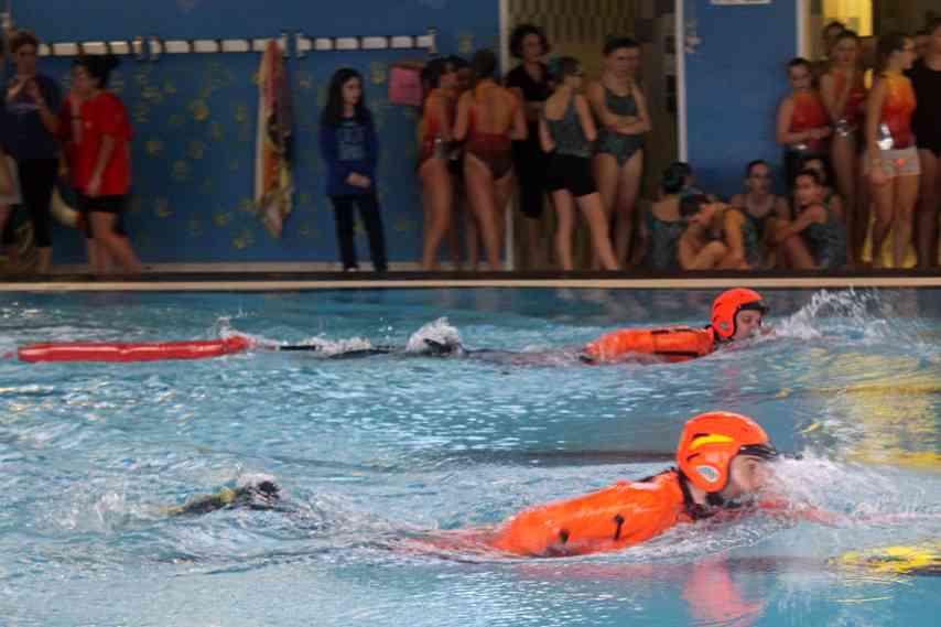 Esibizioni di nuoto alla piscina per il nuovo sollevatore - Sollevatore piscina per disabili ...