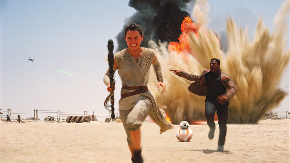 Sequel trilogy main characters Rey and Finn run to escape from the First Order on Jakku.