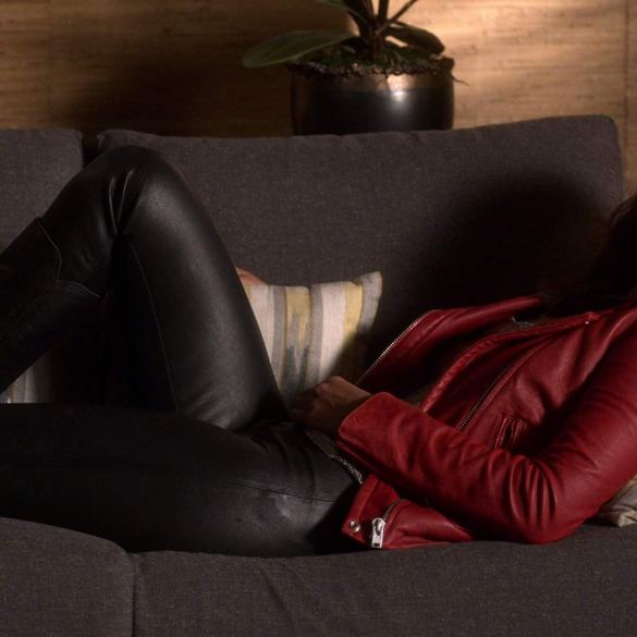 Mazikeen on Linda's couch