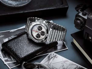01_chronomat-b01-42-with-a-silver-dial-and-black-contrasting-chronograph-counters-2
