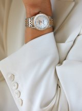 15_female-model-wearing-the-two-tone-navitimer-automatic-35-with-a-white-mother-of-pearl-dial-with-diamond-hour-markers-and-an-18-k-red-gold-bezel-1