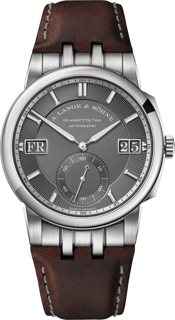 The second model of the new family combines a 40.5-millimetre white-gold case with a grey dial. White-gold hands and notched baton appliques assure good legibility against the dark background. The numerals of the outsize date and the letters of the large-format day display stand out in white on grey. With a height of 2.4 millimetres, they are easily readable even in poor light conditions. Like the hour and minute hands, the hour markers are luminous. The embossed groove structure beneath the applied hour markers and the subsidiary seconds scale enhances the textured effect of the dial. It contrasts against the glossy matt inner surfaces of the main and subsidiary dials. The red 60 on the bevelled argenté-coloured flange ring with the printed minute scale provides a subtle colour accent.