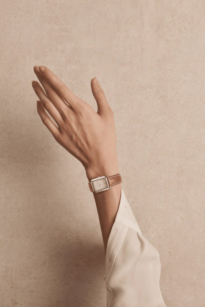 Today, the Hampton collection reveals new silhouettes and offers shapes that pay tribute to the world-renowned architectural movement of the 1920s. In the image of the great Art Deco trends of the day, the curves of the Hampton watch take precedence over right angles and give beauty to the light gliding on smooth surfaces.