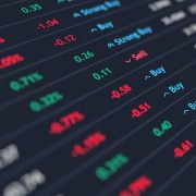 Ibovespa fecha em leve queda após corte da previsão do PIB