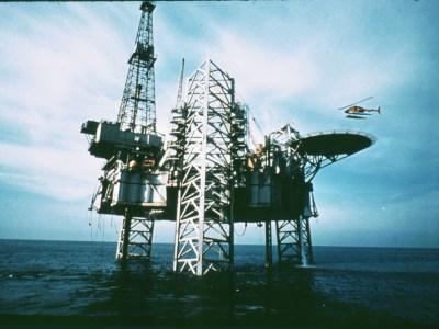 Preços do petróleo sobem quase 20% nos mercados internacionais