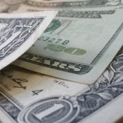 Dólar abre em queda visando as privatizações, Fed e novidades no Brexit