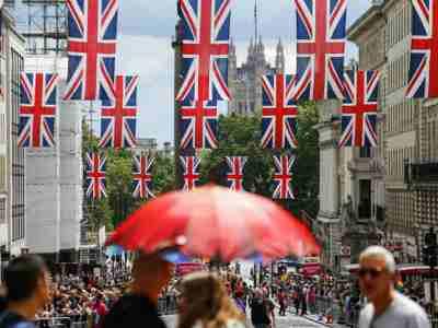 Inflação no Reino Unido desacelera; ataques à Árabia Saudita podem reverter resultado