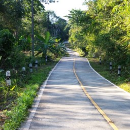 Une route récemment construire sur l'île de Koh Kood