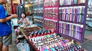 Dans la rue principale, Khaosan Road, on peut trouver de tout, souvent très bon marché