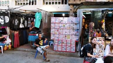 Dans la rue principale, Khaosan Road, on peut trouver de tout, même des faux papiers