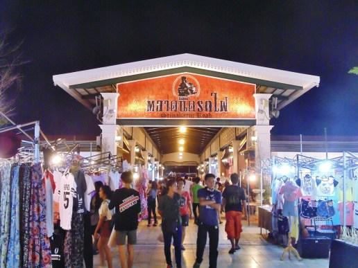 Talad Rot Fai, le marché aux puces de Bangkok. Photo : Lise Famelart