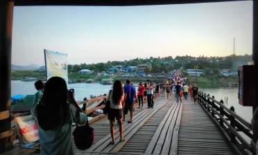 Le pont et ses touristes thaïs